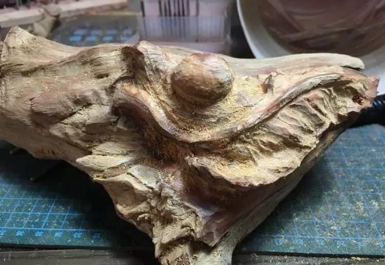 【木雕过程】一块崖柏的移形换影,枯木枯叶慢蜗牛-手工记木