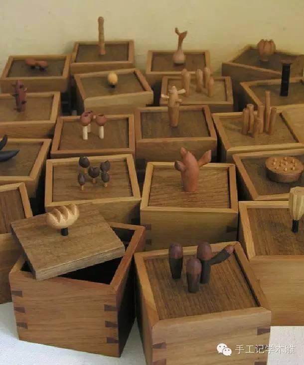 作品说明:   在类似培养皿的容器里,盒盖上有像土壤般刻意挖凿的粗糙肌理,许多充满希望的生命形态刚展开了旅程。而置于盒内的珍贵物品,可能就是提供旺盛生长的肥沃元素了。
